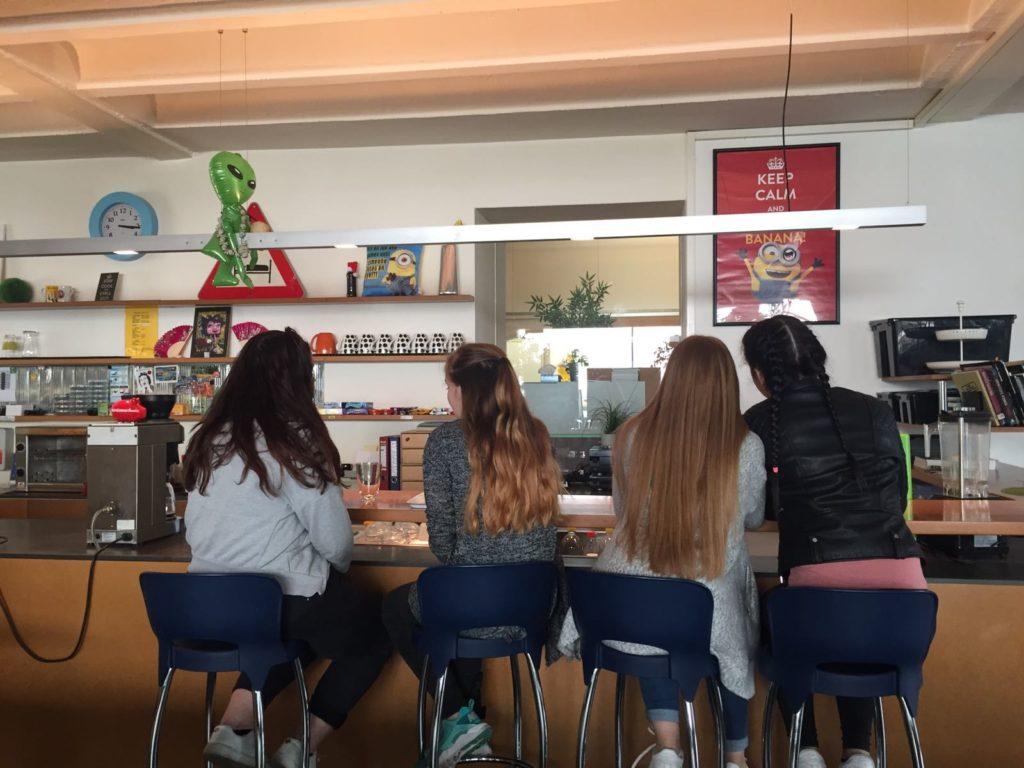Chill out: Barbereich mit Schülerinnen